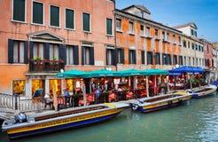 dinning在意大利餐馆的人们在威尼斯意大利 库存照片