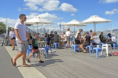 dinning在Westhaven小游艇船坞的访客反对奥克兰地平线Ne 免版税库存照片