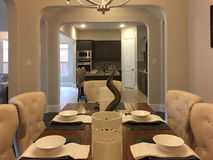 Dinning室和厨房在一个新房里设计 库存照片