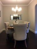 Dinning室设计在一个新的现代房子里 库存照片