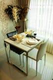 Dinning桌或一张桌夫妇的 免版税库存照片
