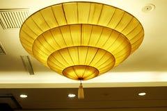 dinning的大厅闪亮指示垂饰 免版税库存图片