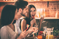 Dinning avec des amis Photographie stock libre de droits