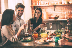 Dinning avec des amis Image stock
