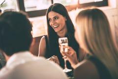 Dinning avec des amis Photo stock