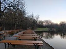 Dinning bordlägger längs en flodbank arkivfoto