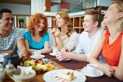 Dinning con los amigos imágenes de archivo libres de regalías