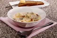 Dinning fino, sopa de peixe de peixes com tomilho e grão de pimenta esmagado Imagem de Stock Royalty Free