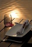 Dinning pelo lago foto de stock
