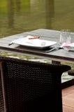 Dinning pelo lago foto de stock royalty free