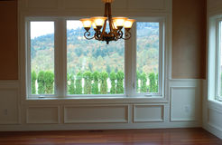 Dinning Raum des Luxuxhauses mit Ansicht Stockfotografie
