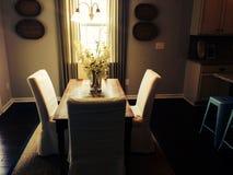 Dinning tabell för Lit Royaltyfria Bilder