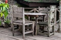 Dinning Tabelle des Gartens lizenzfreie stockfotos