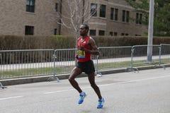 Dino Sefir Ethiopia compete na maratona de Boston que vem no 8a com um momento do 2:14: 26 o 17 de abril de 2017 Fotografia de Stock Royalty Free