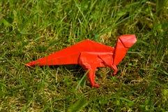 Dinosaur d'Origami sur l'herbe images stock