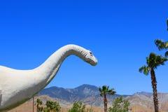 Dinosaura California niebieskiego nieba drzewka palmowe Obrazy Royalty Free