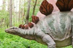 Dinosaure Stegosaurus modèle en parc de dinosaure photographie stock
