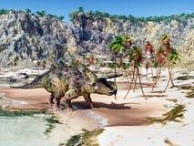 Dinosaurie Nasutoceratops på stranden royaltyfri foto
