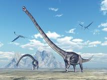 Dinosaurie Omeisaurus och pterosaur Quetzalcoatlus Fotografering för Bildbyråer