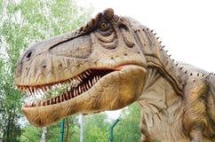 DinosauriemodellTyrannosaurus rex i dinosaurie parkerar arkivfoton