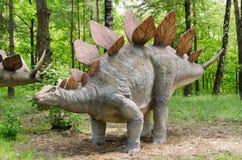 Dinosaurien parkerar, dinosauriemodellen Stegosaurus arkivfoton