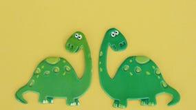 Dinosaurier auf gelbem Hintergrund stockfotos