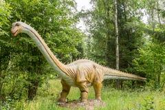 Dinosaurier in einem wilden Wald Stockbild