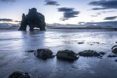 Dinosaurier-Felsen-Strand in Island Lizenzfreies Stockbild