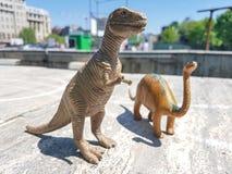 Dinosaurier i stad arkivbild
