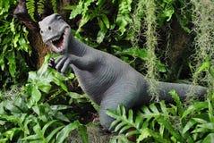 Dinosaurier im Farngarten Stockfotografie