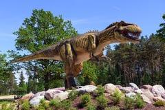 Dinosaurierskulptur im Naturpark in Lettland lizenzfreies stockbild