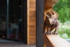 Dinosaurierspielzeug Triceratopsspaziergänge entlang der Terrasse stockbild