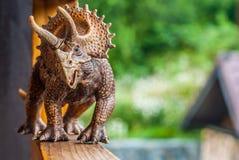 Dinosaurierspielzeug Triceratopsspaziergänge entlang der Terrasse stockbilder