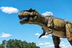 Dinosaurieskulptur i AB parkerar naturen parkerar i Lettland Royaltyfri Fotografi