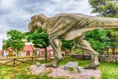 Dinosaurio de Rex del tiranosaurio dentro de un parque de Dino en Italia meridional imagenes de archivo