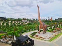 Dinosaurio en jardín fotos de archivo