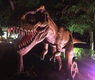 Dinosaurio feroz en el parque imagenes de archivo