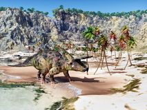 Dinosaurio Nasutoceratops en la playa foto de archivo libre de regalías
