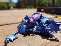 Dinosaurio púrpura con las gotas del partido imágenes de archivo libres de regalías