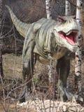 Dinosaurio que se coloca en el parque Fotos de archivo