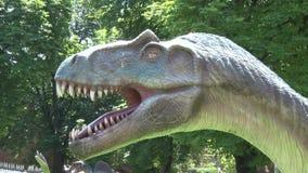 Dinosaurio realista del Allosaurus en cabeza del parque almacen de metraje de vídeo
