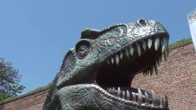 Dinosaurio realista del Allosaurus en cabeza y dientes del parque de Dino almacen de video