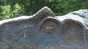 Dinosaurio realista del Allosaurus en cabeza y ojo del parque almacen de video