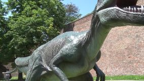 Dinosaurio realista del Allosaurus en el parque de Dino de la cabeza al cuerpo almacen de metraje de vídeo