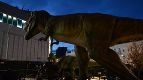 Dinosaurio verde y peligroso en parque almacen de metraje de vídeo