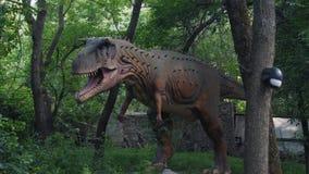 Dinosaurios en el parque almacen de metraje de vídeo