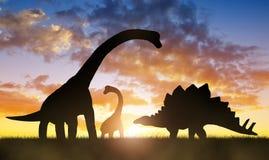 Dinosaurios en la puesta del sol imagen de archivo