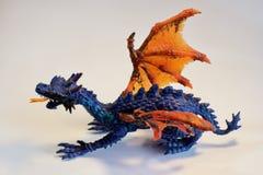 Dinosauro del giocattolo su un fondo bianco Immagine Stock