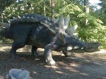 Dinosaurus in dinopark royalty-vrije stock afbeelding