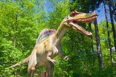 Dinosaurus in het bos stock foto's